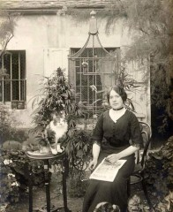 A Parisian woman with her suspiciously mellow looking cat in her cannabis garden, 1910. ⁣